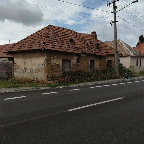 Zbúranie domu ohrozujúceho bezpečnosť chodcov a cestnej premávky