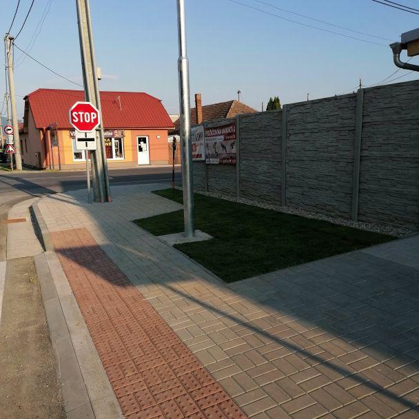 Nový chodník, autobusová zastávka a priechod pre chodcov